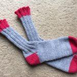 寒いらしいから靴下を編む